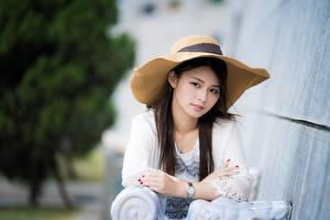 Фотографии Азиатка Смотрит Боке Шляпа Рука девушка