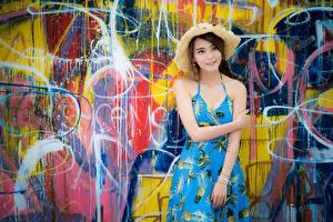 Фото Азиаты Граффити Стены Платья Руки Шляпа девушка