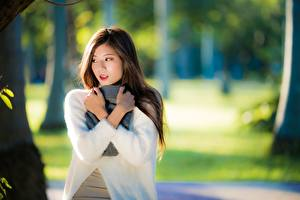 Обои Азиатки Рука Боке Шарф Волосы Миленькие молодая женщина