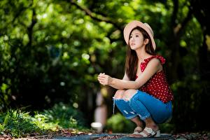 Фото Азиатки Позирует Шляпы Джинсов Боке Сидящие девушка