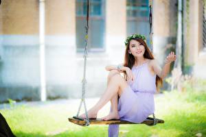 Картинки Азиатки Качелях Платья Венком Боке Миленькие Сидящие Ног девушка