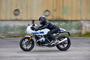 Фотографии БМВ Мотоциклист Едущий Сбоку В шлеме 2016-19 R nineT Racer мотоцикл