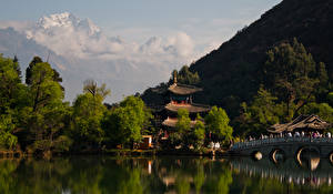 Обои для рабочего стола Китай Гора Речка Мосты Храмы Дерево Lijiang Природа