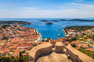 Картинка Хорватия Здания Пирсы Побережье Залив Hvar город