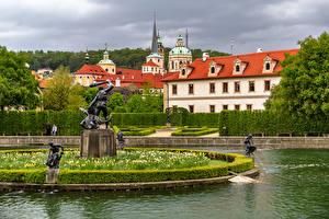 Обои для рабочего стола Чехия Прага Парк Фонтаны Скульптуры Здания Кусты Дизайна Wallenstein Garden Природа