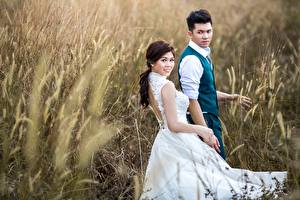 Картинки Поля Азиатки Мужчины 2 Платья Женихом Невесты