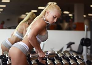 Фото Фитнес Красивая Блондинка Отражении Зеркало Руки Гантели Спорт Девушки