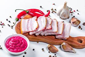 Обои Чеснок Перец чёрный Острый перец чили Свинина Белом фоне Разделочной доске Нарезанные продукты Сало Еда