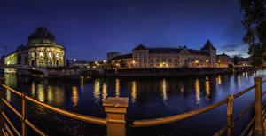 Фотографии Германия Берлин Здания Речка Музеи Ночные Ограда Bode Museum город
