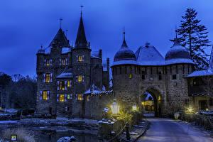 Картинки Германия Замки Дороги Вечер Уличные фонари Burg Satzvey Mechernich город