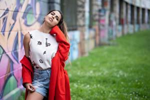 Обои Граффити Фотомодель Размытый фон Плаще Шорты Молодая женщина Carmen Verona Девушки