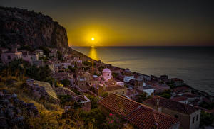 Обои для рабочего стола Греция Дома Рассветы и закаты Море Утес Солнце Крыша Monemvasia город