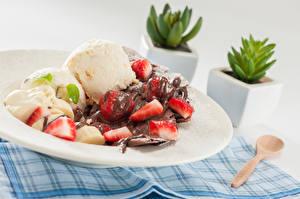 Фотографии Мороженое Шоколад Клубника Ложка Шарики Тарелка Пища