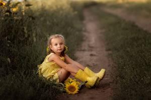 Обои Девочки Сидит Сапоги Ноги Тропа Желтый Irina Zaburaeva Дети картинки