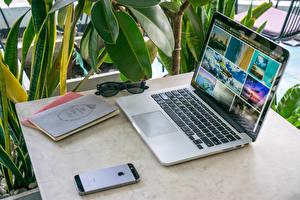 Фотография Ноутбуки Сматфоном Тетрадь Стол Компьютеры