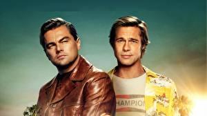 Обои для рабочего стола Leonardo DiCaprio Brad Pitt Мужчина Куртка Once Upon A Time In Hollywood кино Знаменитости