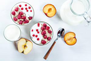Картинки Мюсли Малина Яблоки Сливы Смородина Молоко Белый фон Завтрак Ложка Продукты питания