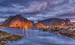 Фото Норвегия Лофотенские острова Гора Здания Пирсы Вечер Залива Reine город