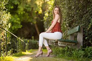 Картинки Парки Размытый фон Скамейка Русых Сидящие Милый Красивые Ног Туфли Поза Сбоку Madlen девушка