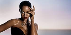 Картинки Rihanna Ожерелье Модель Рука Смотрит Знаменитости Девушки