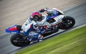 Картинки Спортбайк Едущий спортивные Мотоциклы