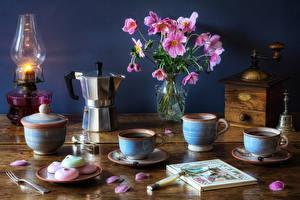 Фотография Натюрморт Букеты Керосиновая лампа Кофе Вазе Лепестки Книга Чашка Лупа Еда Цветы