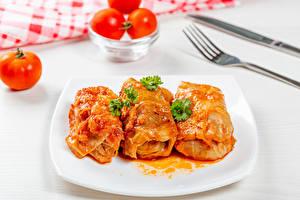 Фотография Вторые блюда Помидоры Тарелке Три Cabbage rolls Продукты питания