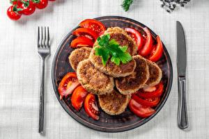 Фотография Томаты Мясные продукты Нож Котлеты Вилки Тарелка Cutlet Еда