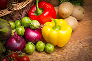Обои Овощи Картошка Перец овощной Лук репчатый Доски Пища