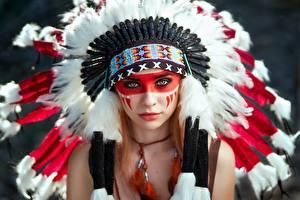 Картинки Индейский головной убор Лица Смотрит Индеец Красивые Alena Tzurcan, Vyacheslav Tzurcan молодые женщины