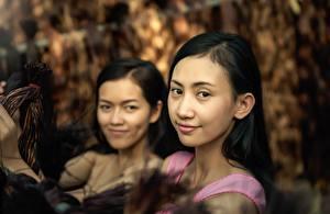 Картинка Азиатка Брюнеток Двое Взгляд молодая женщина