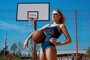 Картинка Баскетбол Униформе Красивый Мяч Поза Daria Klepikova, Arina Mironova девушка Спорт