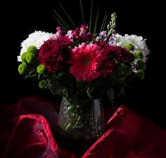 Фото Букеты Левкой Хризантемы Альстрёмерия На черном фоне Вазе цветок