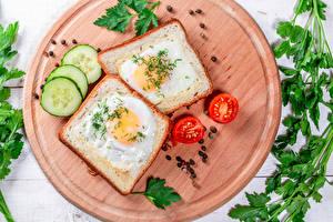 Обои Бутерброды Хлеб Помидоры Огурцы Овощи Перец чёрный Разделочная доска 2 Яичница