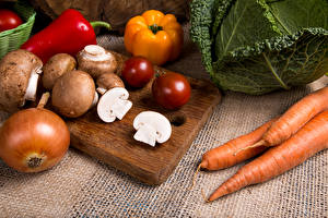 Картинка Морковь Грибы Лук репчатый Перец Разделочной доске