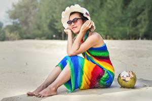 Фотография Кокосы Азиаты Пляжа Песок Сидит Шляпы Очках Релакс девушка