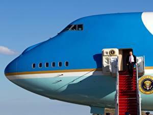 Картинки Дональд Трамп Самолеты Лестница Президент Boeing 747 Знаменитости Авиация