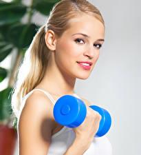 Картинки Фитнес Блондинка Смотрит Гантели молодые женщины Спорт