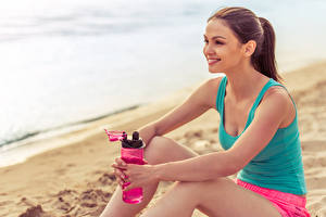 Картинки Фитнес Шатенки Сидящие Улыбается молодые женщины Спорт