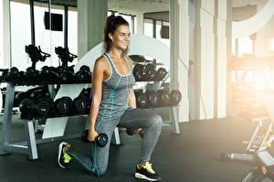 Фотографии Фитнес Гантеля Тренируется Улыбается спортивные Девушки