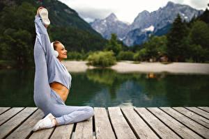 Обои Фитнес Гимнастика Тренируется Улыбка Ног Растягивается Размытый фон Девушки Спорт