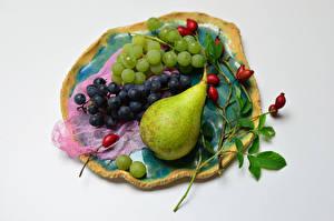 Картинка Фрукты Виноград Груши Сером фоне Ветки Шиповник плоды