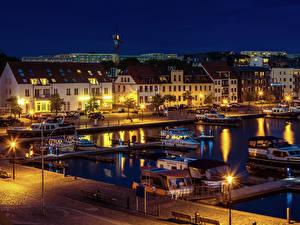 Картинка Германия Здания Речка Пирсы Катера Ночные Уличные фонари Waren Города