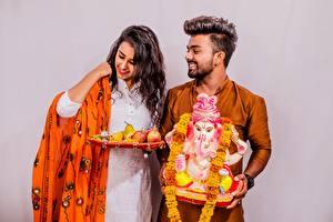 Фотографии Индийские Мужчины Сером фоне Улыбается Счастье Брак Двое молодая женщина
