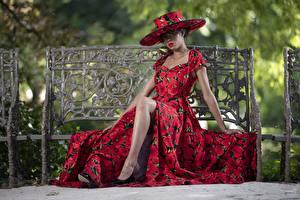 Картинка Платье Сидящие Фотомодель Шляпа Скамейка Ноги Lilly