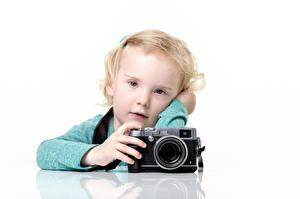 Обои для рабочего стола Девочки Взгляд Фотоаппарат Белым фоном Дети