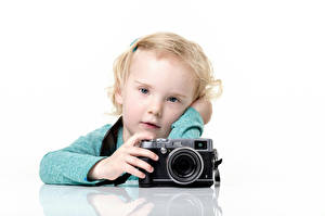 Картинки Девочки Взгляд Фотоаппарат Белым фоном Дети