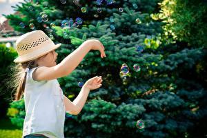 Фотография Девочки Шляпы Мыльные пузыри Рука Дети