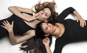 Картинки Лежат Волос Шатенки Брюнетка Смотрят 2 молодые женщины