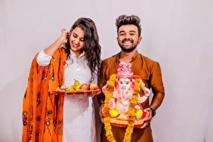 Обои Мужчины Индийские Серый фон 2 Свадьба Улыбка Счастье Девушки